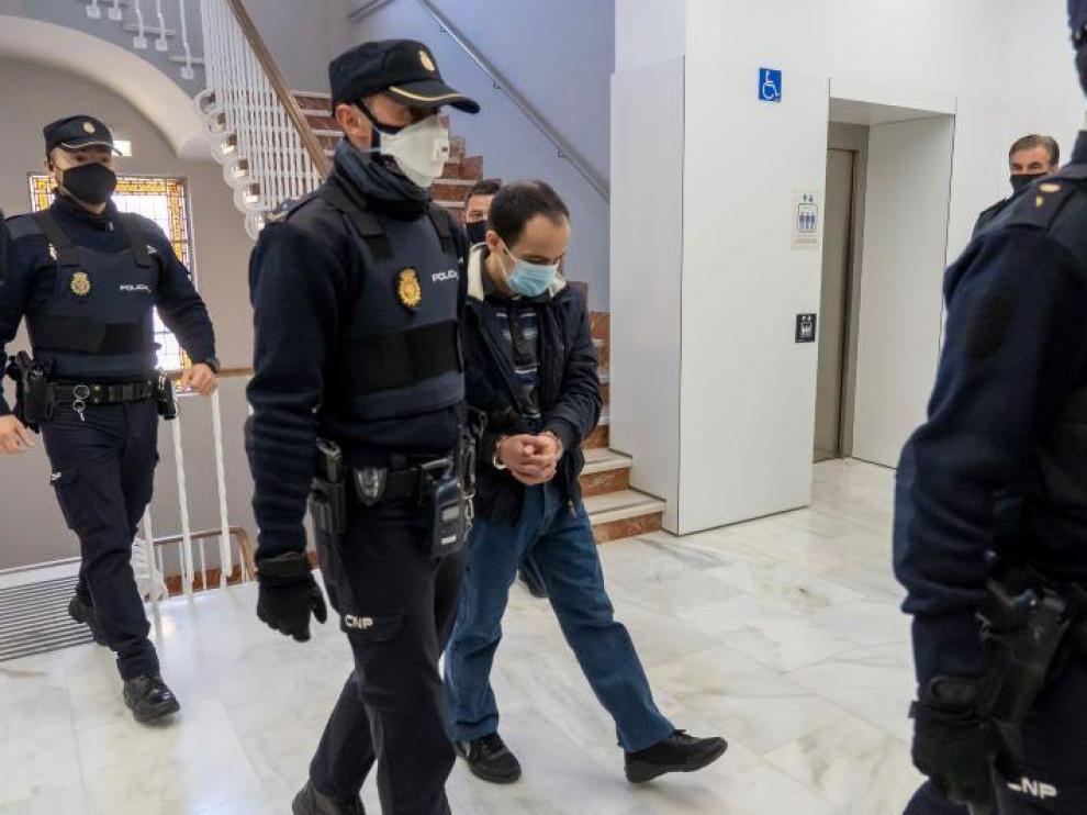Uno de los acusados del crimen de Pozonzón, Pedro Blasco, es conducido a la sala de vistas.