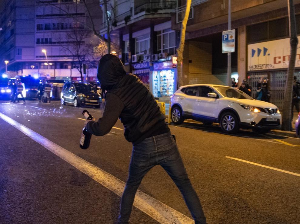 Una persona lanza una botella de cristal en la octava noche consecutiva de protestas en Barcelona, que comenzaron la semana pasada por el encarcelamiento del rapero Pablo Hasel..LORENA SOPENA / EUROPA PRESS..23/02/2021[[[EP]]] Una persona lanza una botella de cristal en la octava noche consecutiva de protestas en Barcelona, que comenzaron la semana pasada por el encarcelamiento del rapero Pablo Hasel