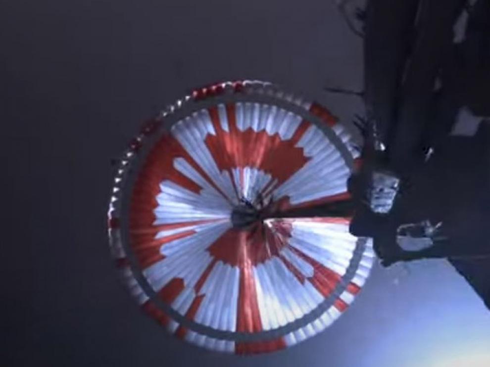 Usuarios de las redes sociales descifraron una frase tras notar que el patrón rojo y blanco en el paracaídas parecía deliberado