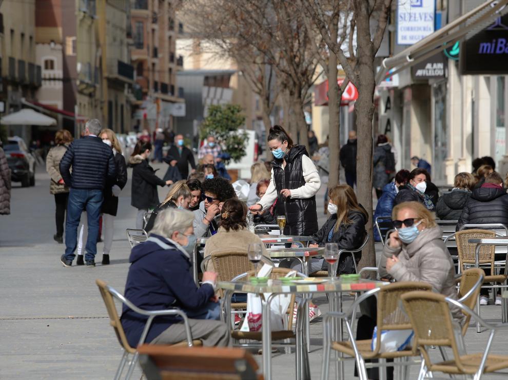 Un acéntrica terraza del centro de Huesca en la mañana de este jueves. 25 - 2 - 21 foto pablo segura