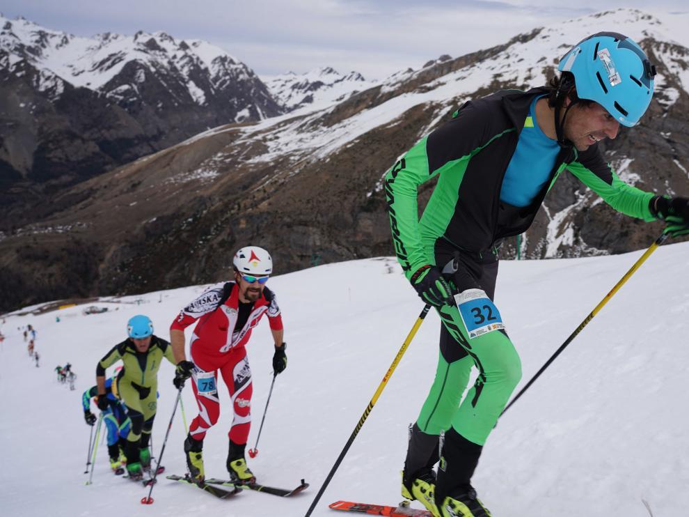 Esquiadores en una prueba de montaña