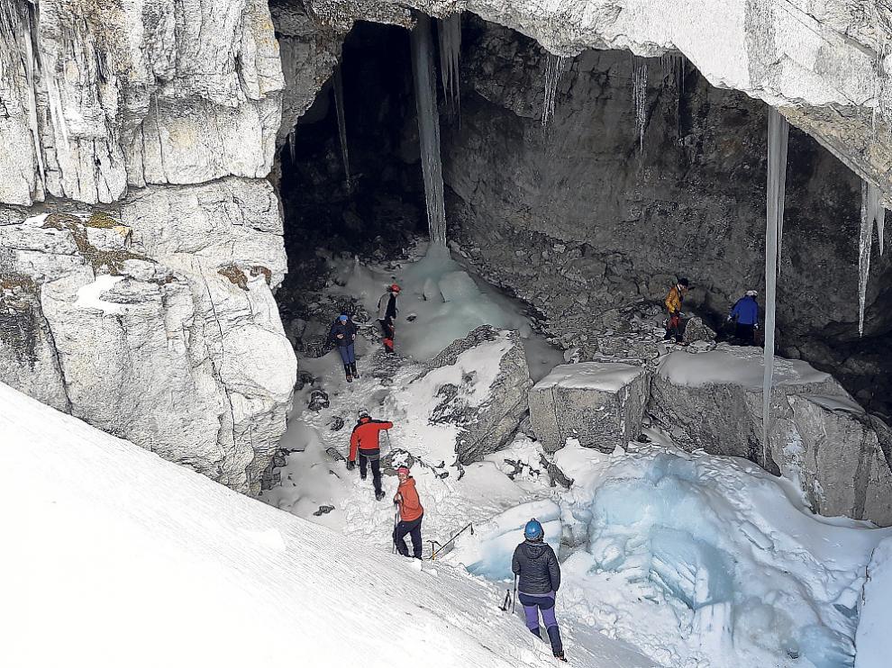 Los excursionistas de Peña Guara en una de las grutas heladas