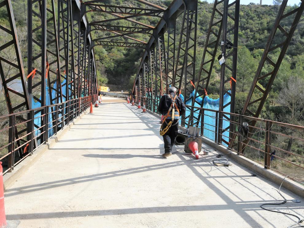 Los vehículos ya pueden cruzar otra vez por este puente, aunque siguen las obras.