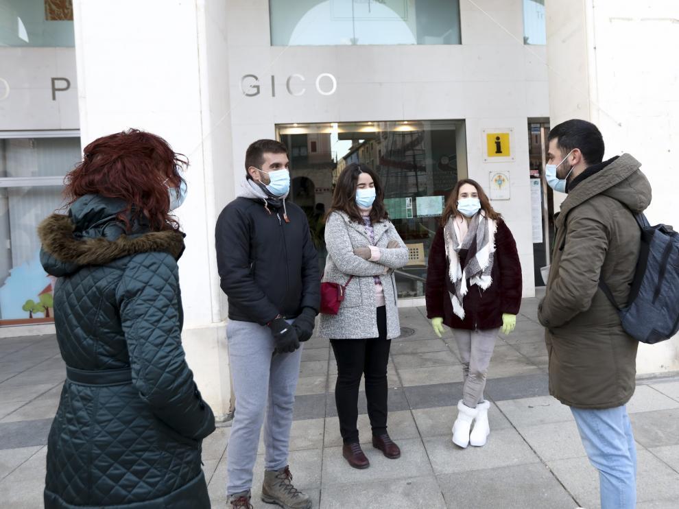 Visitantes en una de las visitas guiadas que parten desde de la plaza de López Allué de Huesca.