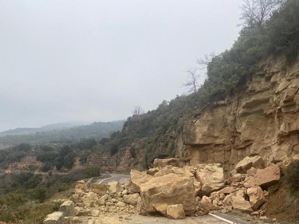 Así ha quedado la vía después de la caída de roca.