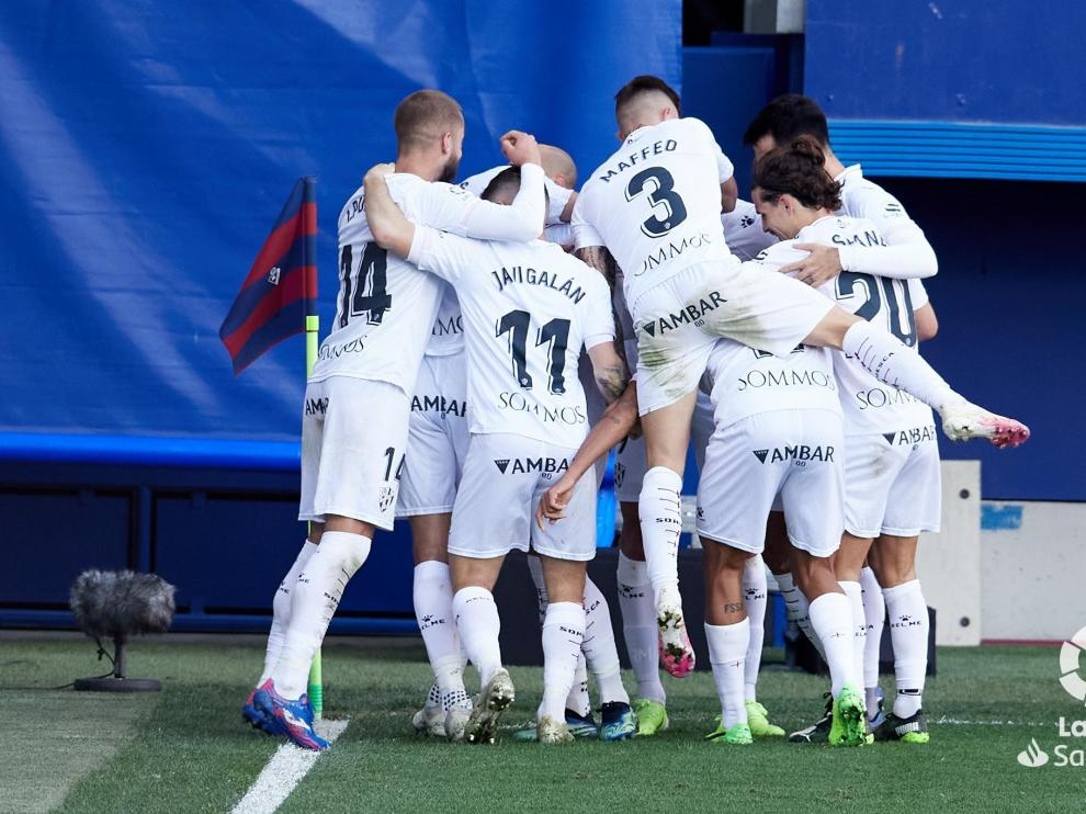 Los jugadores del Huesca celebran el gol de Sandro.