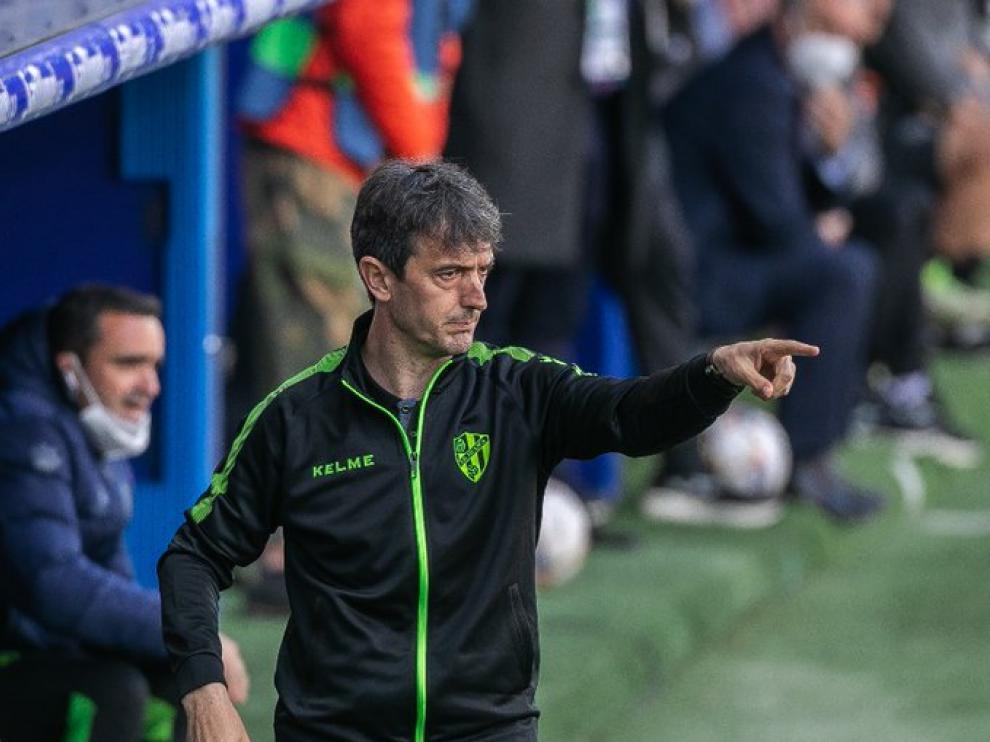 El técnico del Huesca da instrucciones a sus jugadores.