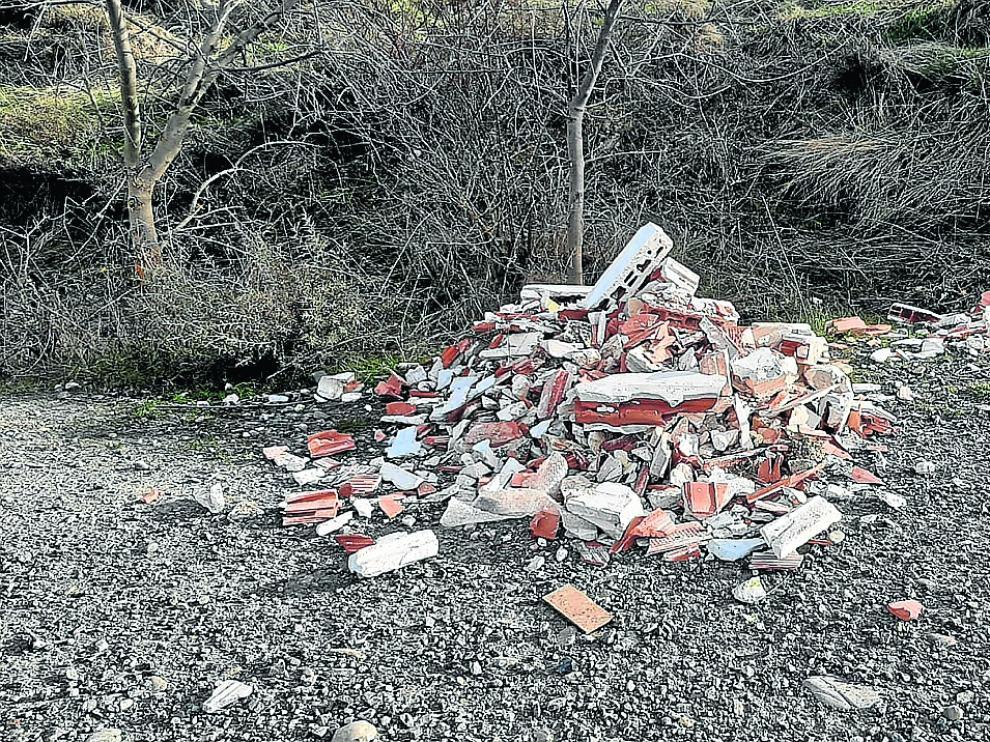 Los escombros ensucian el camino de Larrés.
