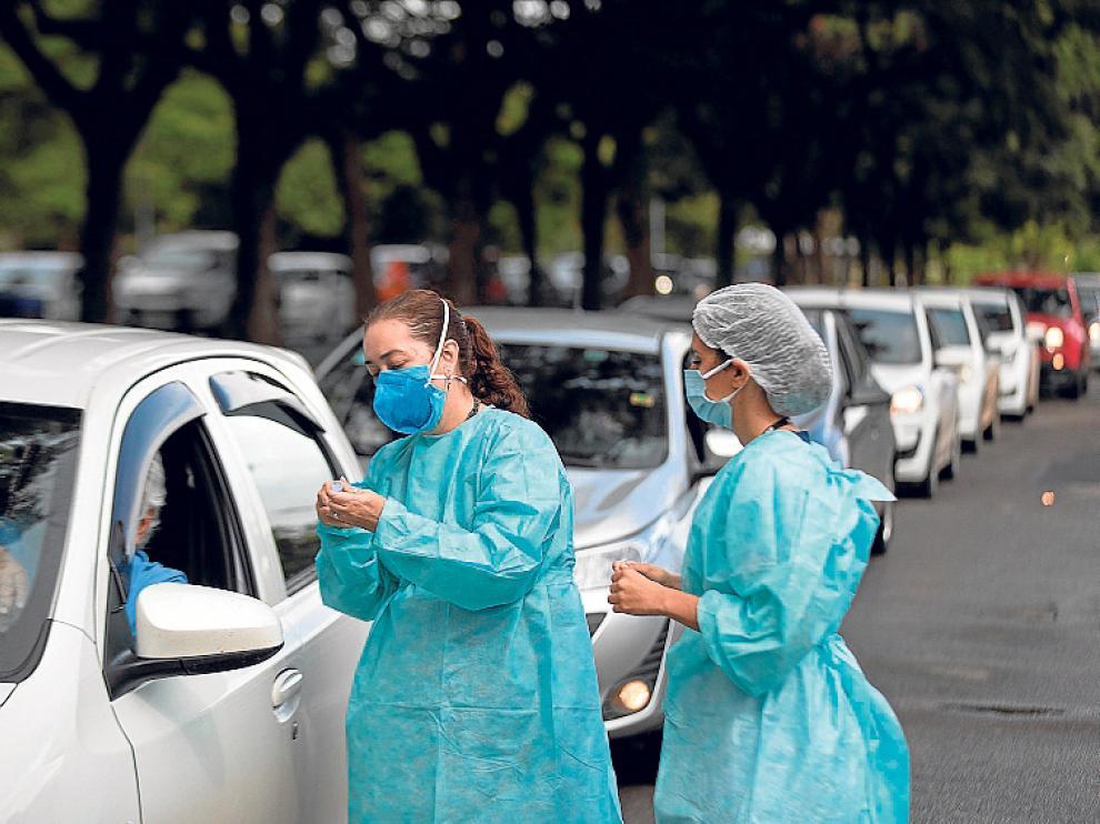 Filas de coches en Brasilia con personas esperando para ser vacunadas