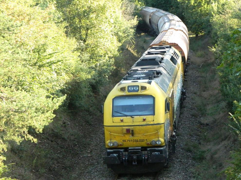 Tren entre Jaca y Canfranc