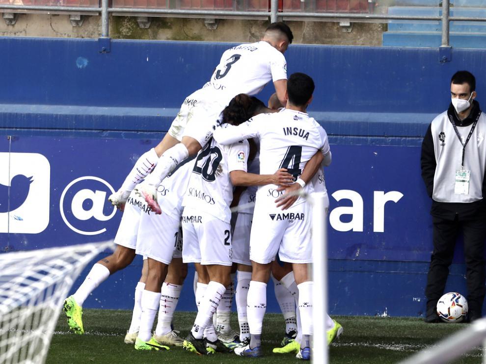Los jugadores del Huesca celebran el gol de Sandro en Ipurúa.
