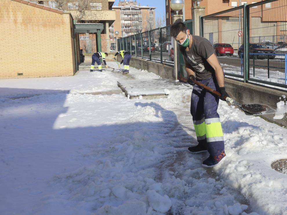 Brigadas municipales, limpiando un colegio de Huesca durante el temporal Filomena.