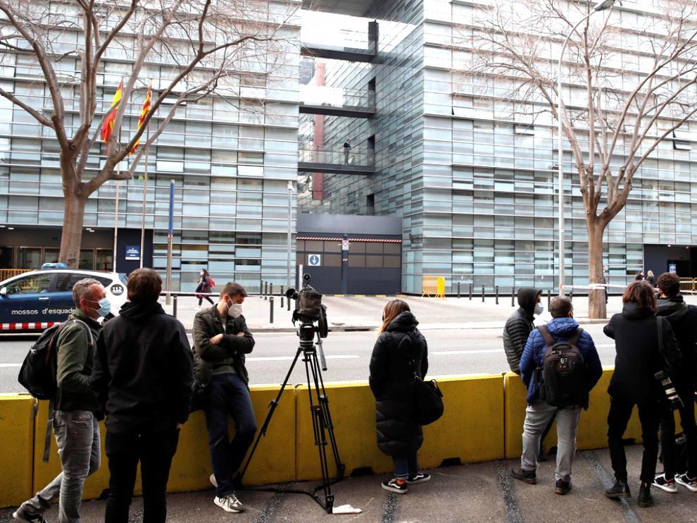Medios de comunicación frente a la comisaría donde Bartomeu pasó sus primeras horas de detención.