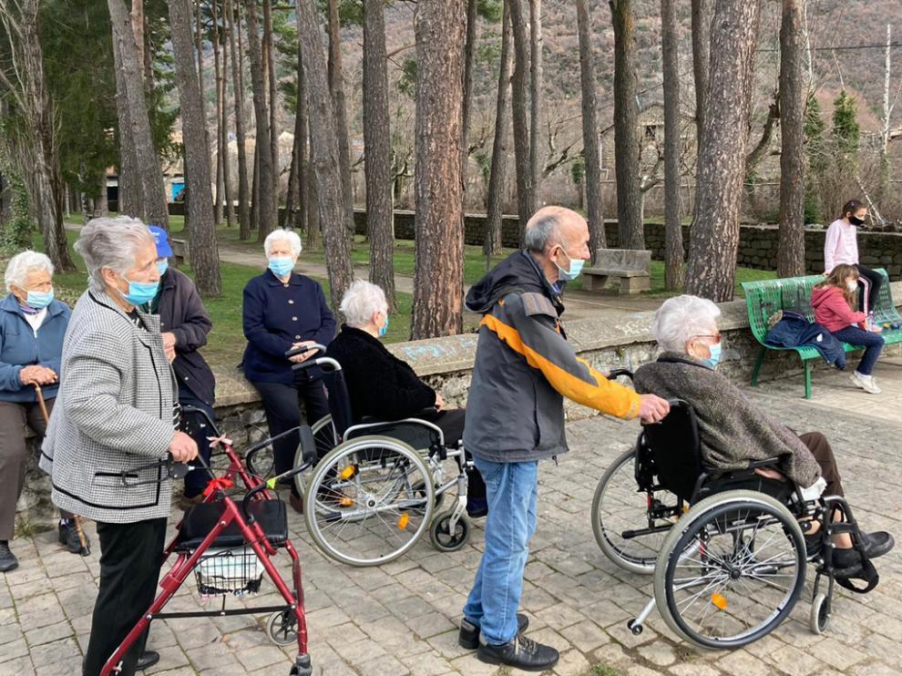 Los usuarios de la residencia de personas Mayores de la Conchada de Biescas en uno de sus paseos al aire libre.