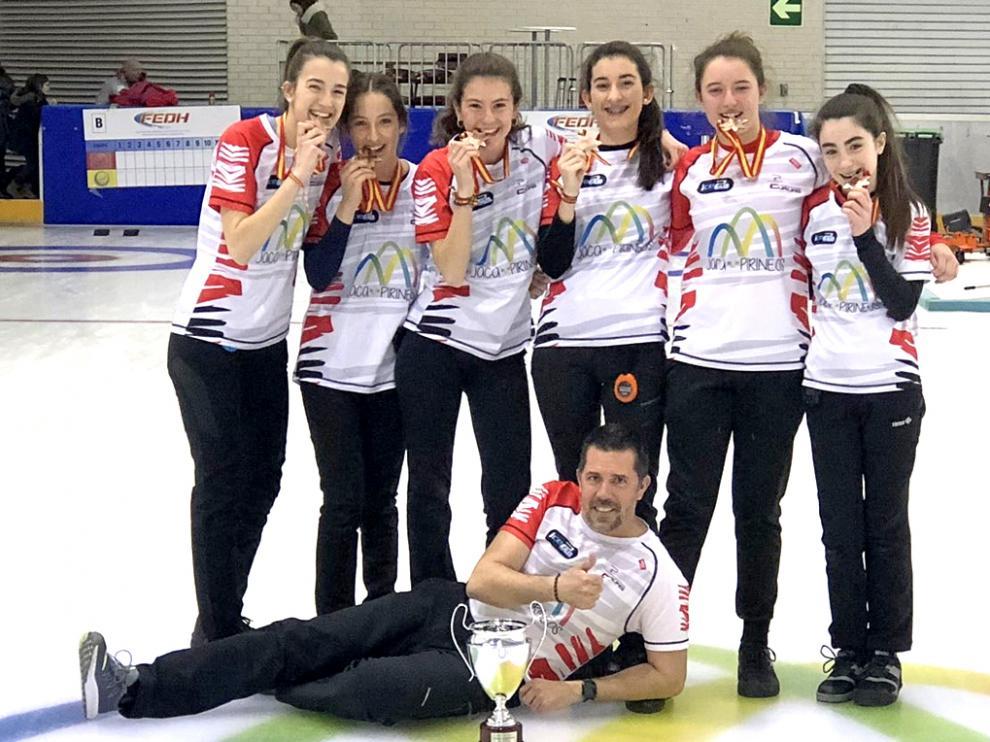 El equipo del Club Hielo Pirineo, con su medalla en la edición del pasado año.