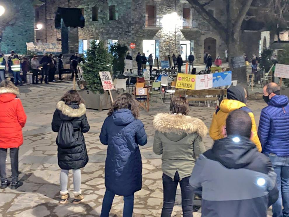 Imagen de la concentración de anoche en la plaza del Ayuntamiento de Benasque.