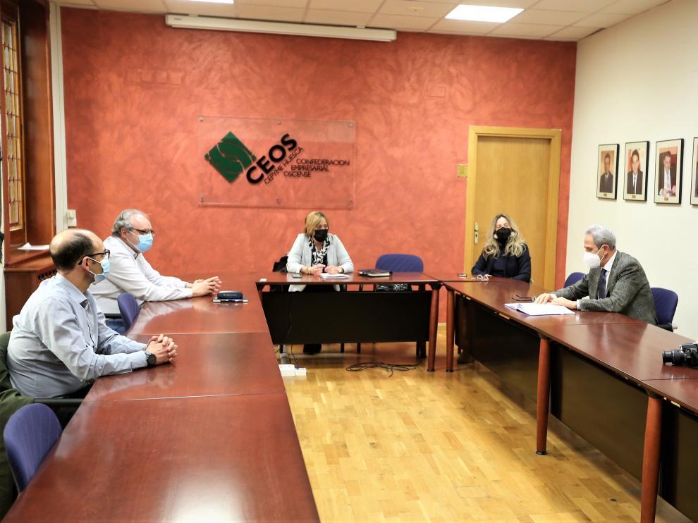 El Ayuntamiento de Huesca, Ceos-Cepyme Huesca y la Asociación de Comerciantes de Huesca, reunidos esta mañana.