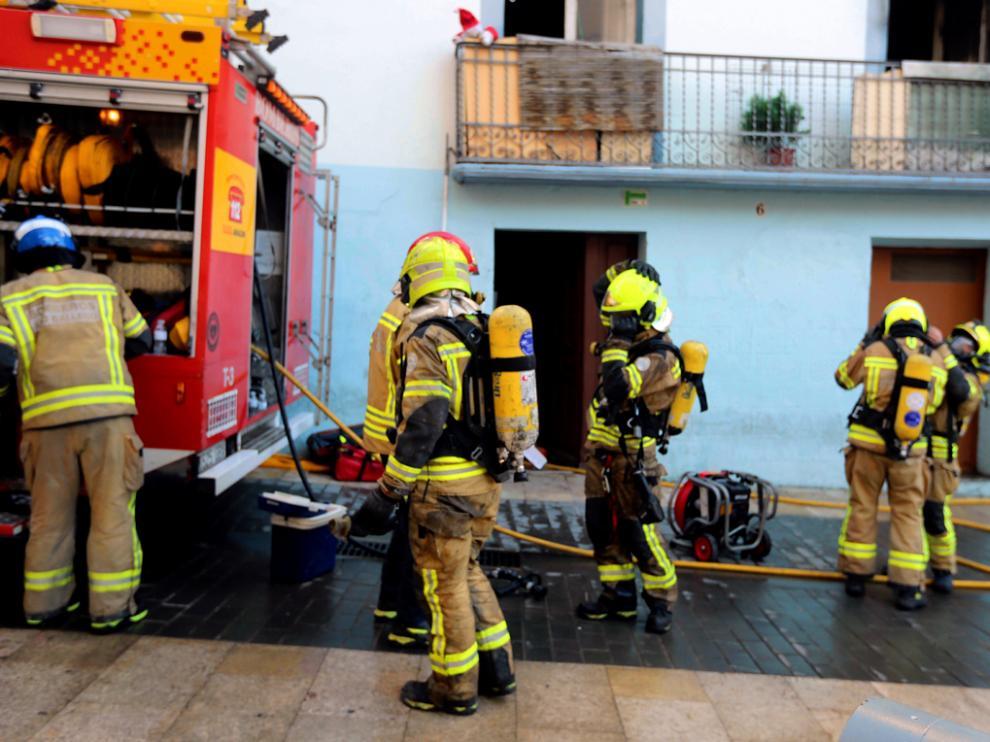 Bomberos en el incendio de una vivienda en la travesía Mozárabes de Huesca.