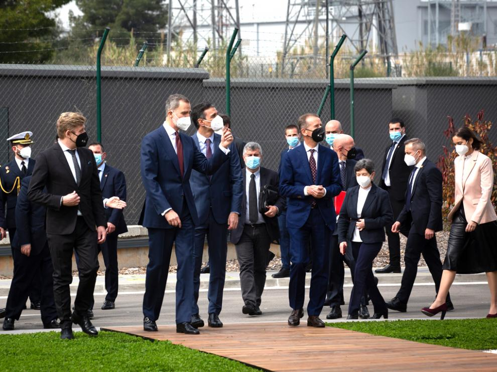 El Rey Felipe, el presidente Sánchez y otros asistentes, recorriendo las instalaciones de Seat.