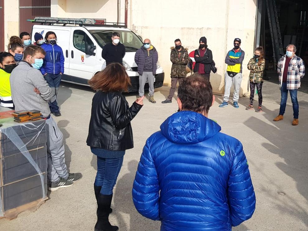 Imagen de la reunión mantenida con los contratados para la Brigada Municipal.