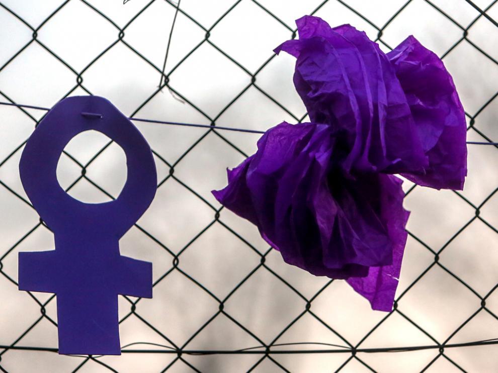 Símbolos feministas durante una marcha y batukada feminista en el CIE de Aluche, en Madrid.