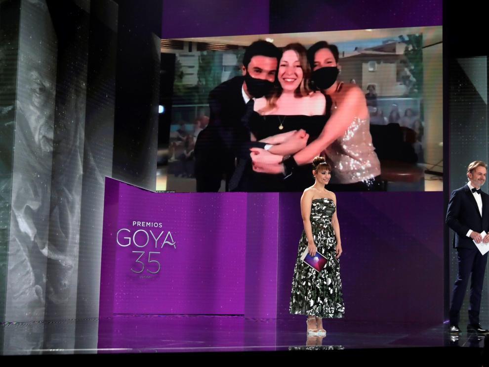Pilar Palomero y su equipo (en la pantalla) celebrado sus premios.