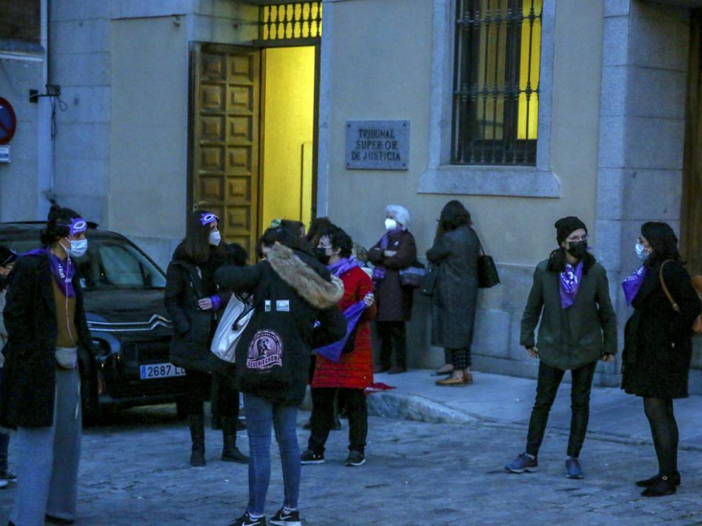 Miembros de colectivos feministas, ayer junto al Tribunal Superior de Justicia de Madrid.