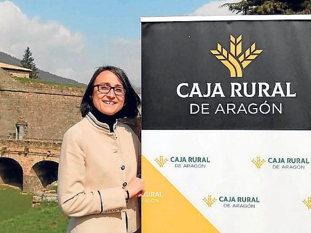 Ainoa de los Frailes trabaja en la oficina de Caja Rural en Jaca, lo que le permite vivir en su pueblo, en Oliván.