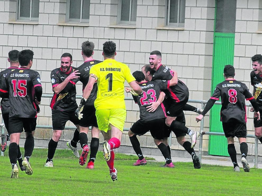 Los jugadores del Barbastro celebran el gol de la victoria de Perso en los minutos finales del partido.