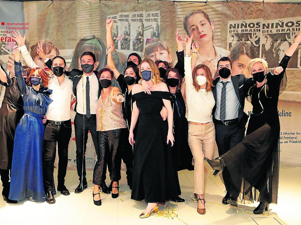 El equipo de 'Las niñas', celebrando la victoria de la película tras la ceremonia.
