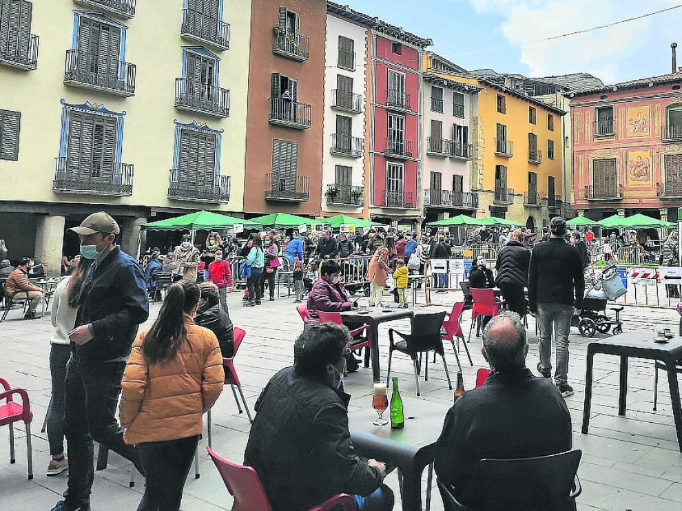 Ambiente en la plaza Mayor de Graus ayer con motivo del Ribagorza Outlet de invierno.