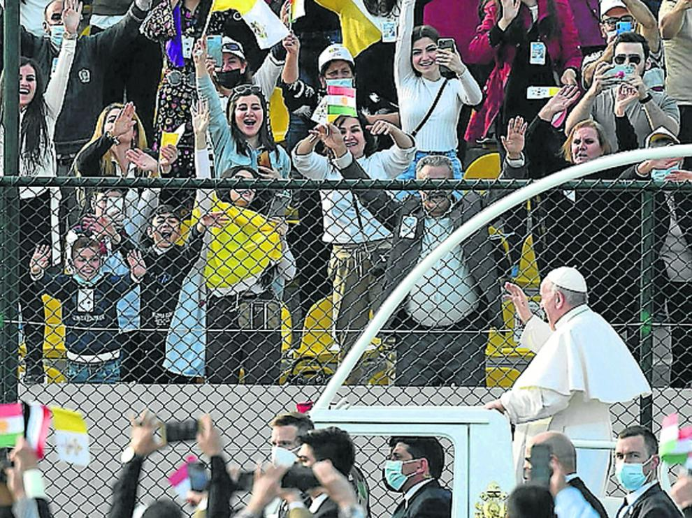 Ebril (Iraq), 07/03/2021.- Pope Francis (R) waves to faithful from the Papal Mobil as he arrives to celebrate the Holy Mass at the 'Franso Hariri' Stadium in Erbil, Iraq, 07 March 2021. Pope Francis began on 05 March a three-day official visit in Iraq, the first papal visit to this country affected throughout the years by war, insecurity and lately COVID-19 Coronavirus pandemic. (Papa) EFE/EPA/VATICAN MEDIA HANDOUT HANDOUT EDITORIAL USE ONLY/NO SALES Pope Francis first visit to Iraq