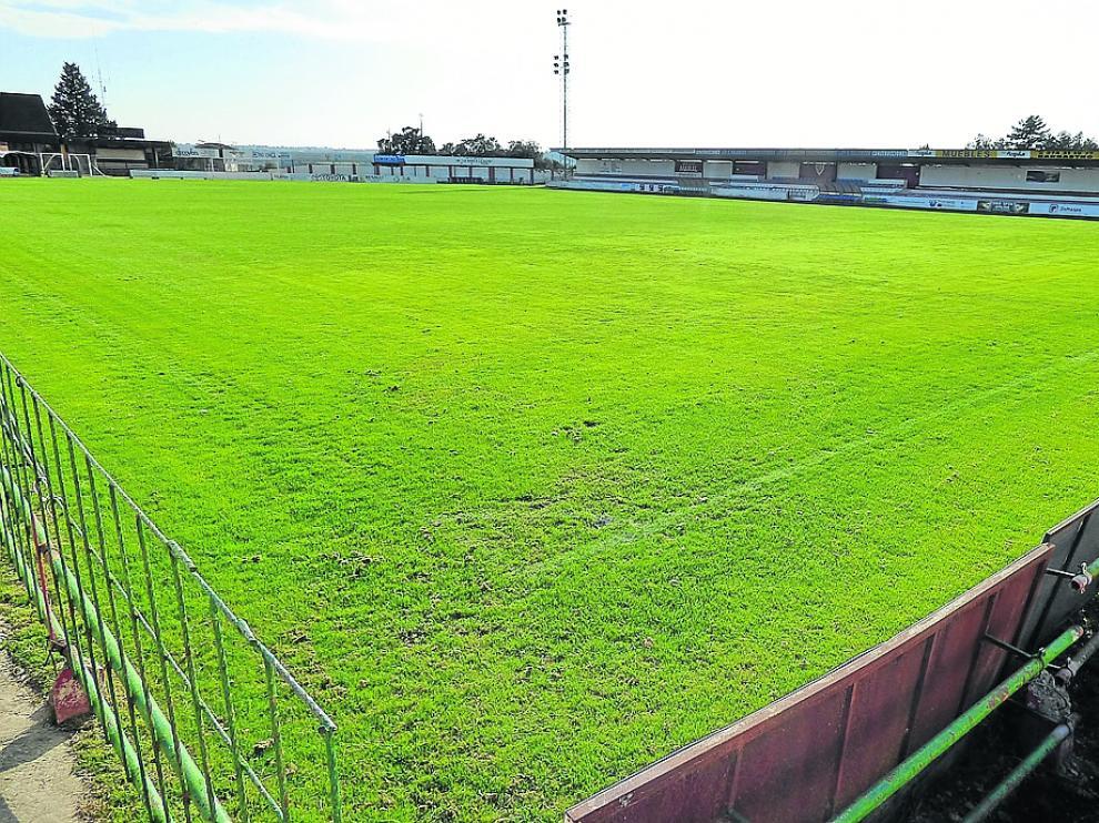 Campo de hierba del estadio municipal de Barbastro.