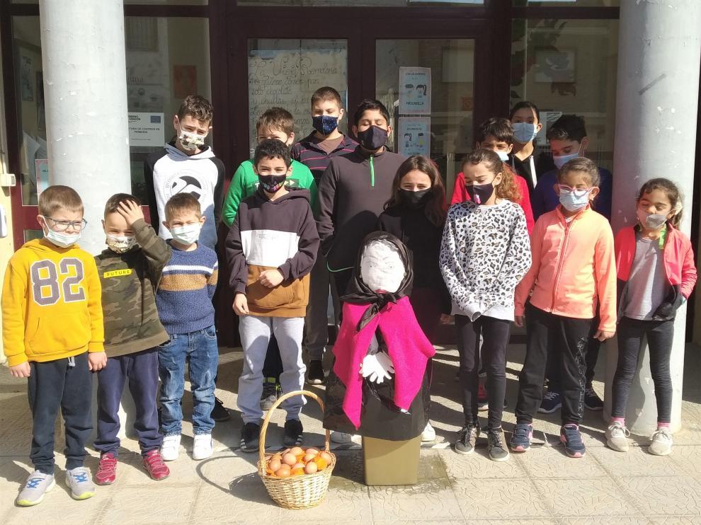 Alumnos del colegio de Alcubierre posan con la vieja Remolona