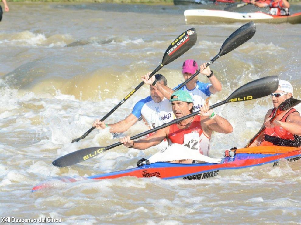Piragüistas realizando el descenso del Río Cinca en la vigésimo segunda edición.