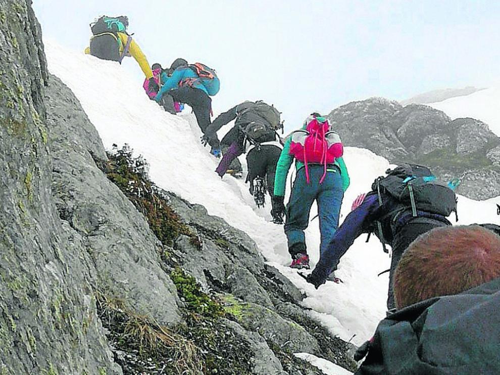 Una de las imágenes en las que se ve el esfuerzo de los montañeros en la ascensión.