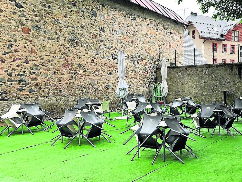 Foto tomada ayer de la terraza del bar restaurante Sarrio de Sallent, preparada para recibir a los visitantes.