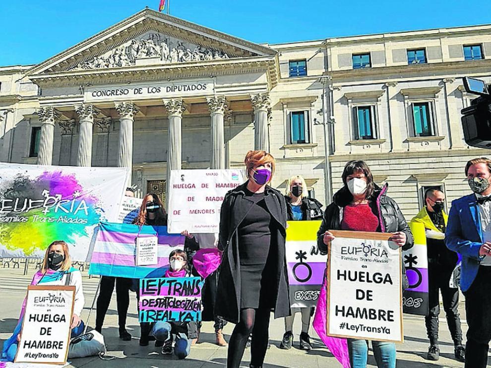 Natalia Aventín (en primer plano a la derecha) y 70 personas más han iniciado una huelga de hambre.