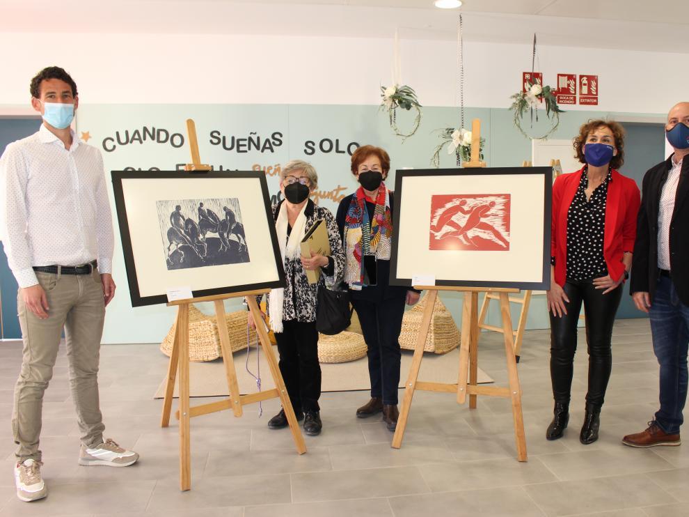 La familia de Katia Acín dona dos grabados de la artista al colegio de Binéfar que lleva su nombre
