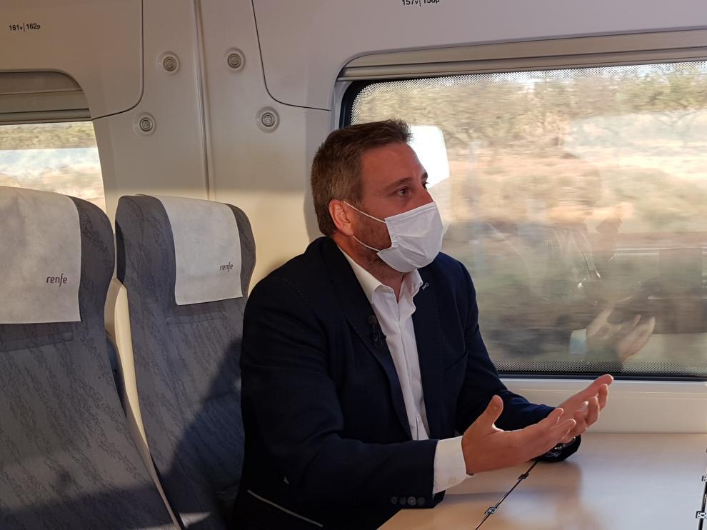 El consejero José Luis Soro, durante un viaje en tren