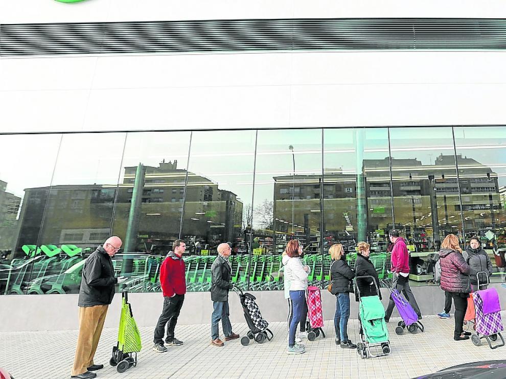 mercadona - colas antes de abrir / 14-03-2020 / Foto Rafael Gobantes [[[DDA FOTOGRAFOS]]][[[DDAARCHIVO]]]
