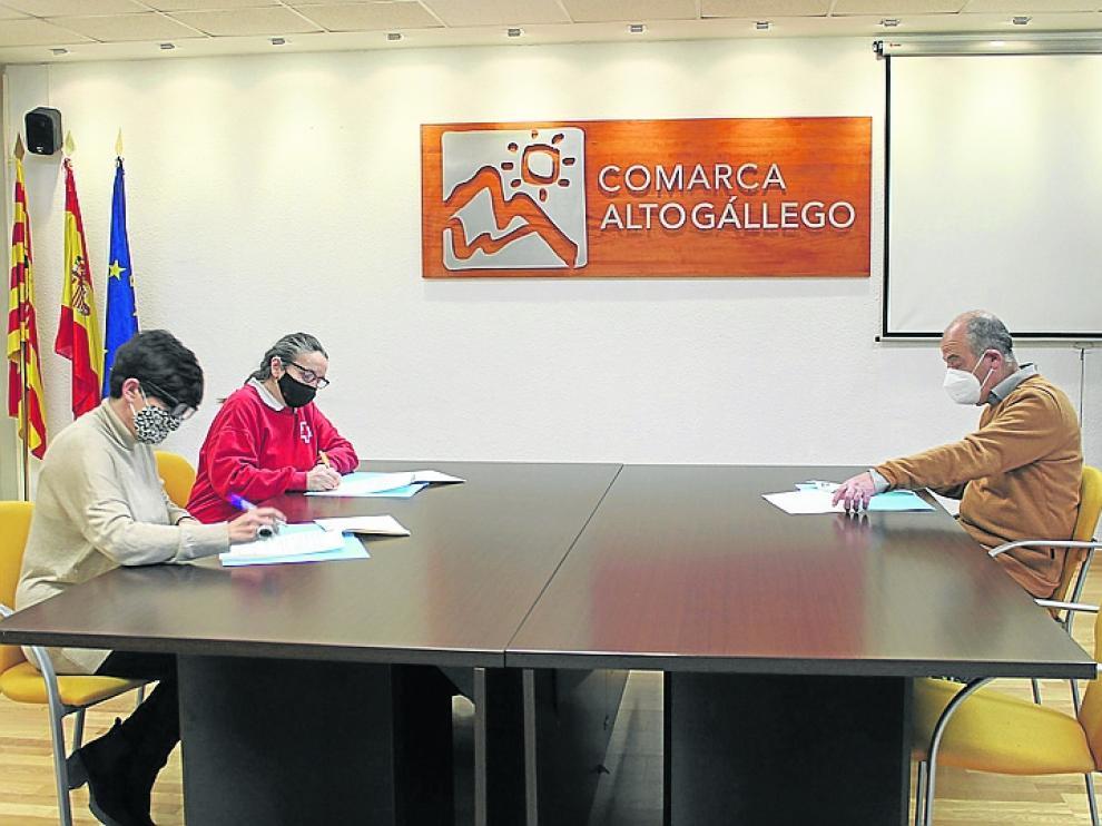 Un instante de la firma del convenio de colaboración entre la Comarca del Alto Gállego y Cruz Roja y Cáritas de Sabiñánigo.
