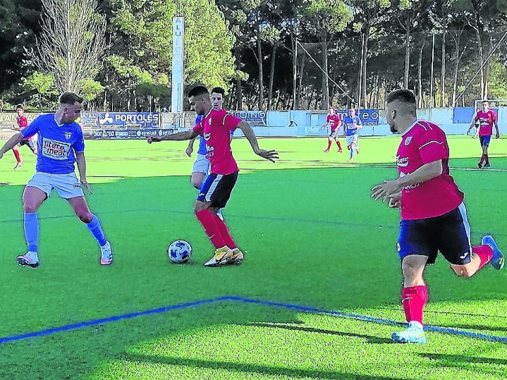 Leo, que realizó una gran actuación en el partido de ayer, espera el pase de Jorge en una jugada de la primera mitad.
