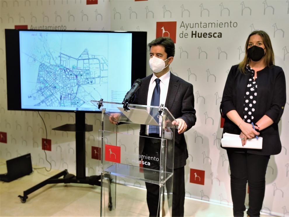 Luis Felipe, alcalde de Huesca, junto a la concejal de Urbanismo, María Rodrigo, en la presentación del plan.