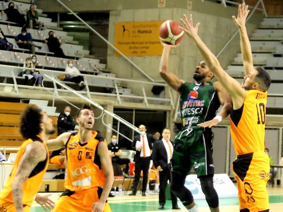 Cubillán lanza a canasta en el encuentro contra el Lleida.