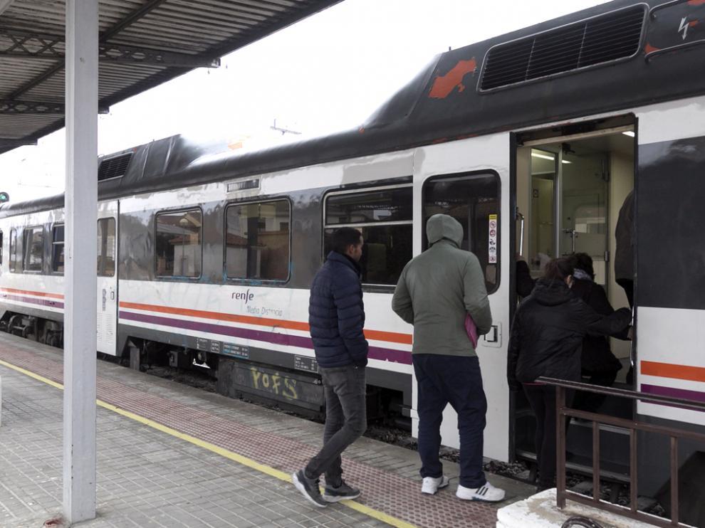 Viajeros en la estación de tren de Tardienta, una de las afectadas.