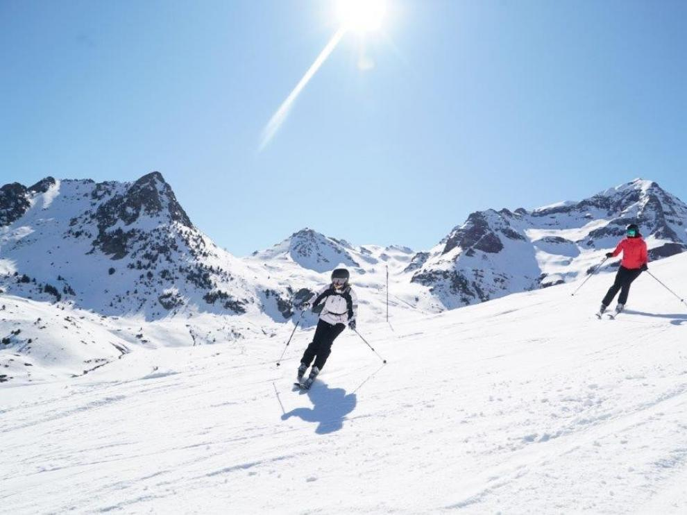 Imagen de archivo de un grupo de esquiadores.