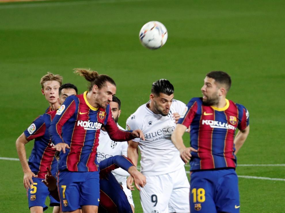 Rafa Mir, rodeado de jugadores del Huesca.