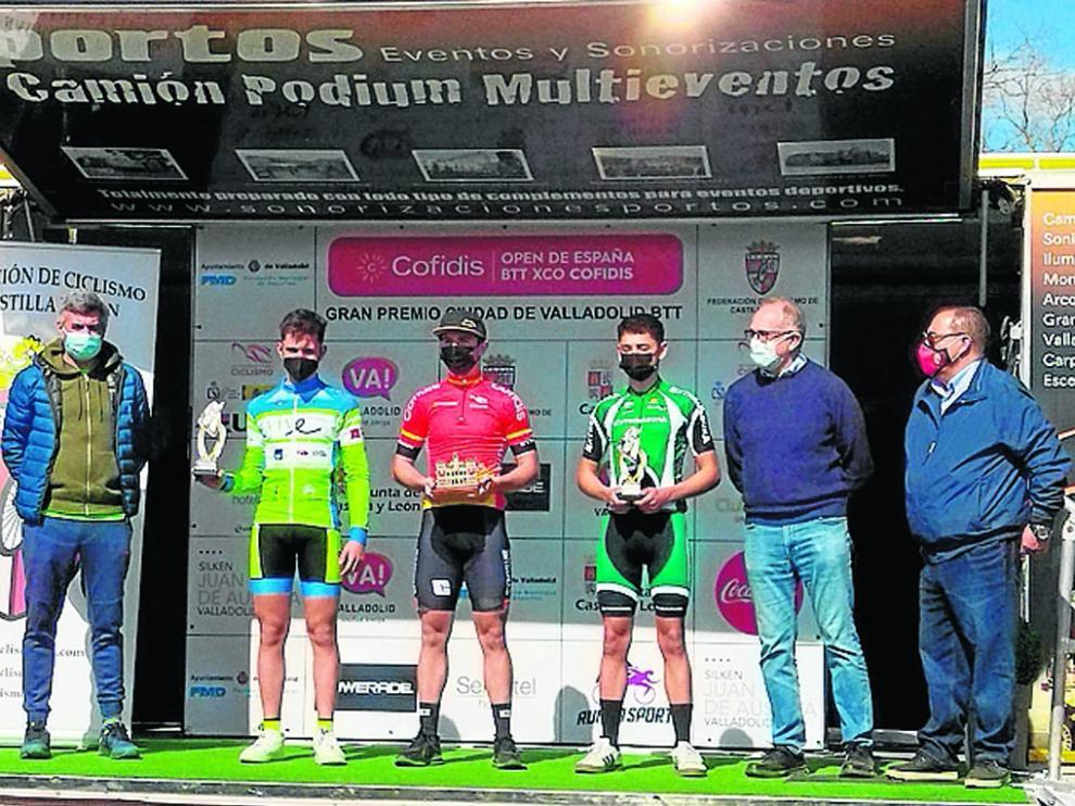 El bilbilitano Rafa López del Vive Inmuebles Huesca La Magia, en el podio como segundo clasificado.