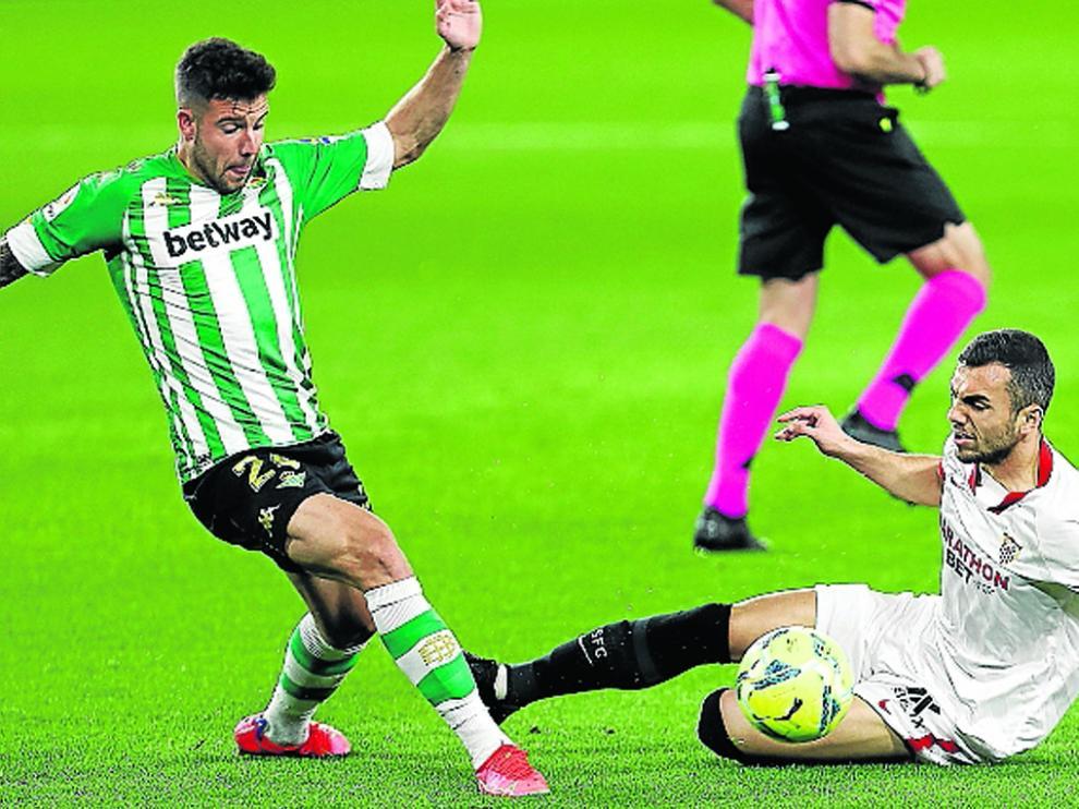 Joan Jordán, en el suelo, no podrá estar en el partido contra el Elche por acumulación de amarillas.